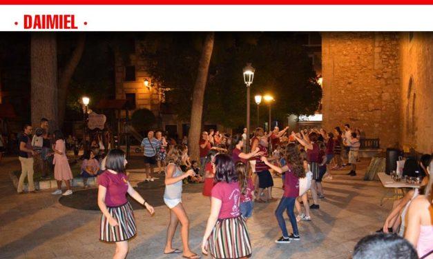 La asociación folklórica Virgen de las Cruces enseña a bailar jotas en el Parterre
