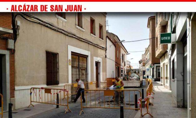 El ayuntamiento continúa con las tareas de mantenimiento y adoquinado en calles de Alcázar
