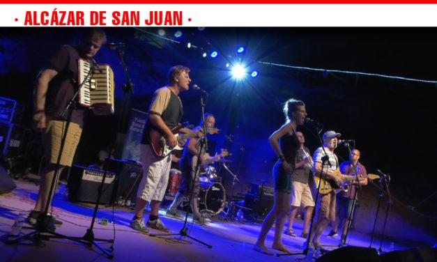 La banda croata 'Gustafi' llena el cerro de San Antón de pegadizos ritmos en el último concierto del Festival Siete Soles Siete Lunas