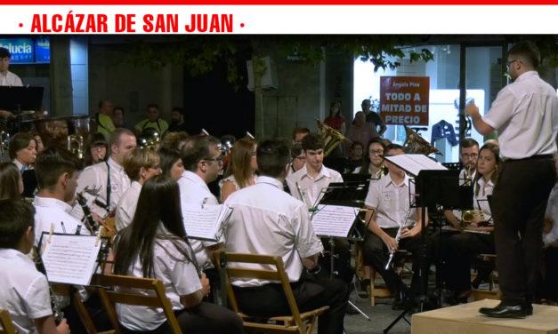 La Asociación Musical Santa Cecilia rindió un tributo al Pop español de los 80s en el concierto de  los Escenarios de Verano de Alcázar de San Juan