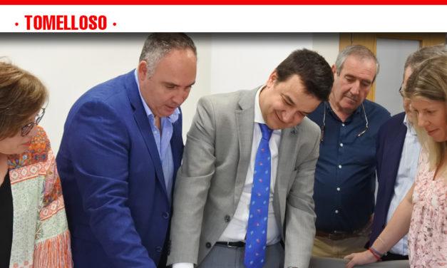 Francisco Martínez Arroyo, visita la cooperativa Vinícola de Tomelloso