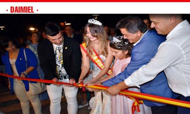 El chupinazo a cargo del alcalde, Leopoldo Sierra, y el corte de cinta a la entrada del Recinto Ferial, daban por inaugurados los festejos patronales en honor a la Virgen de las Cruces