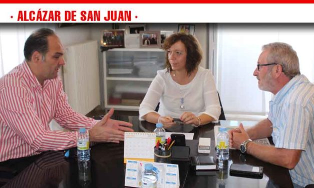 La alcaldesa de Alcázar mantiene un cordial encuentro con los secretarios provinciales de UGT y CCOO