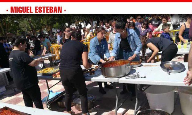 Unas 1.000 personas disfrutan de la comida popular de las fiestas de Miguel Esteban