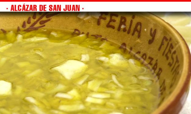 La Asociación de Coros y Danzas aúna alcazañerismo y tradición en la degustación de la ensalá de limón, plato estrella de la cocina alcazareña