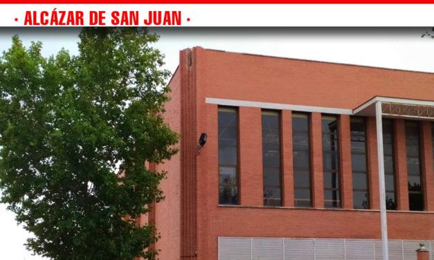 El impacto de un rayo en la parte alta del Pabellón Picasso de Alcázar de San Juan provoca el desprendimiento de ladrillos en un radio de 20 metros