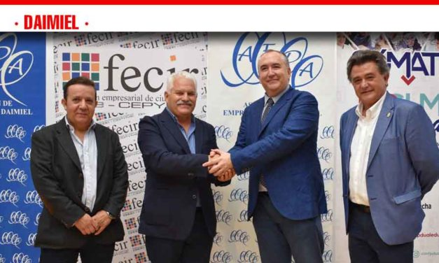 Sierra pide la colaboración de los empresarios para poner en funcionamiento 'La Granja Escuela'