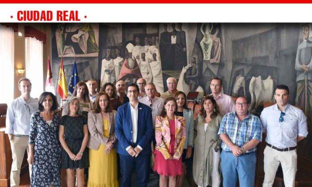 Caballero reconoce el trabajo de los funcionarios en la gestión diaria de la Diputación