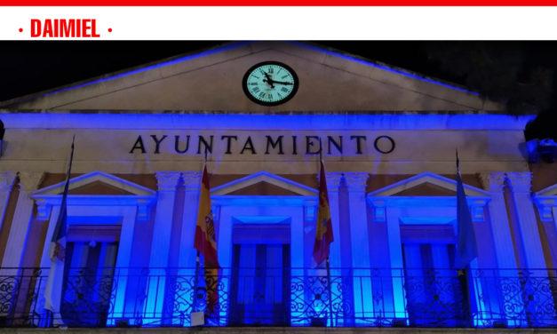 El ayuntamiento de Daimiel se ilumina para visibilizar la Dislexia
