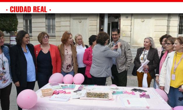 Caballero ensalza a las mujeres que visibilizan el cáncer de mama todo el año y apuesta por la prevención y la investigación
