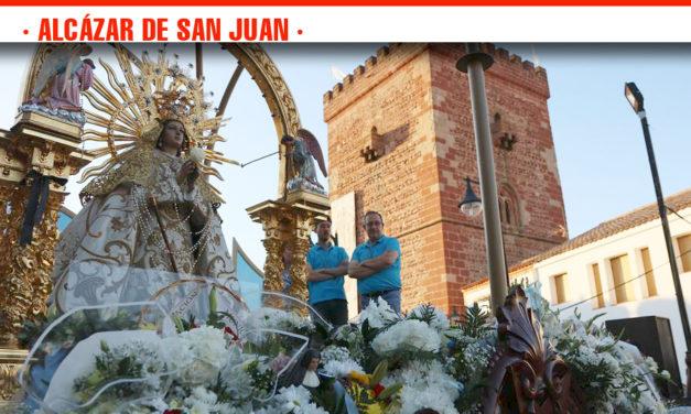 El pueblo de Alcázar de San Juan agasaja a su patrona, la Virgen del Rosario Coronada, en la ofrenda floral celebrada en el entorno de la Iglesia de Santa María La Mayor