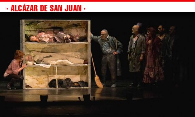 'Luces de Bohemia' transporta al público al Madrid más decadente de Max Estrella en Alcázar de San Juan
