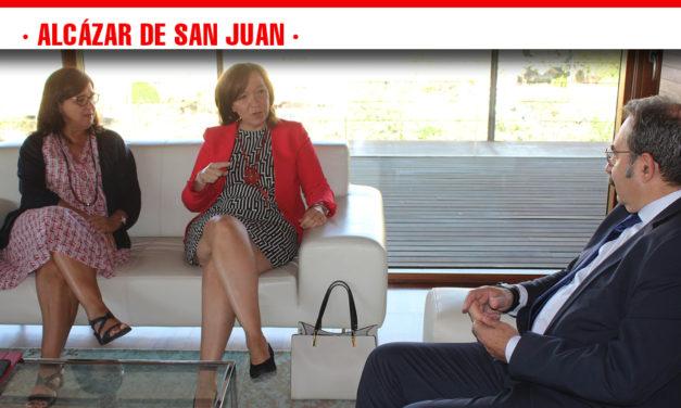 La alcaldesa de Alcázar mantiene una reunión de trabajo con el Consejero de Sanidad