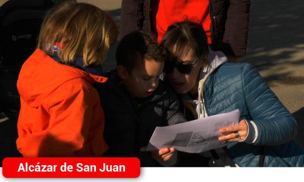 Una veintena de niños y sus familias disfrutan de las curiosidades de Alcázar en una gymkana divertida familiar