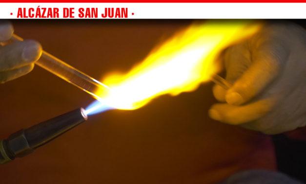 Talleres en vivo de vidrio y latón en el Mercadillo Cervantino ubicado en la Plaza de España hasta el domingo 10 de noviembre
