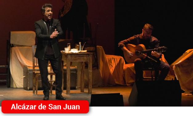 'Bajo el ala del sombrero' el gran Juanito Valderrama cautiva al público alcázareño en la voz de su hijo Juan Valderrama