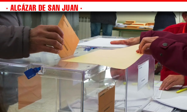 Los representantes de los partidos políticos de Alcázar de San Juan ejercen su derecho el voto en las elecciones generales por segunda vez en seis meses