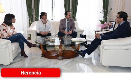 El alcalde de Herencia marca como prioridad el arreglo de la piscina y la Ronda de Mirasierra