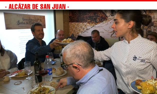 Jacinto Villaseñor y Angelita, cocinera del Bar Uriana, reconocidos como Camacho y Quiteria de Honor de las jornadas gastronómicas del Guiso de las Bodas de Camacho