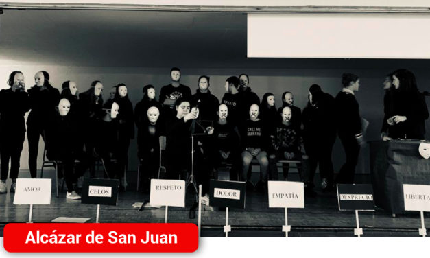 Más de 700 alumnos del IES Miguel de Cervantes conmemoran el Día Internacional Contra la Violencia de Género