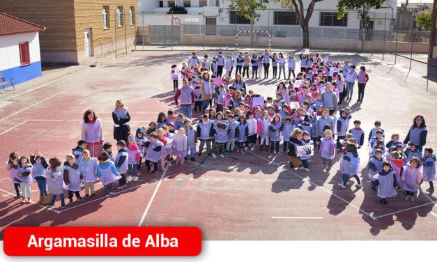 CEIP Ntra. Sra. de Peñarroya forman un gran lazo morado contra la violencia hacia las mujeres