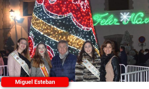 Miguel Esteban dio la bienvenida a la Navidad con el encendido de la iluminación navideña