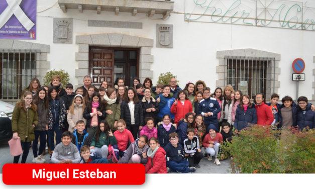 Escolares de Miguel Esteban visitan el Ayuntamiento con motivo del Día de la Constitución
