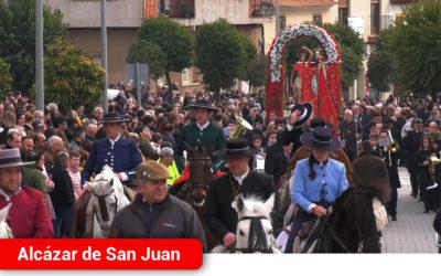 Centenares de personas acompañan a San Sebastián en su paseo hasta la ermita en Alcázar de San Juan