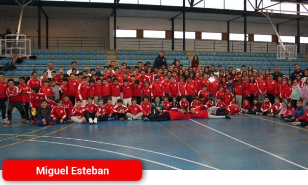Unos 200 niños asisten a las Escuelas Deportivas de Miguel Esteban, que este año también incluyen atletismo