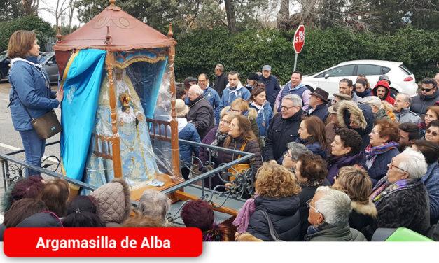 El frio no merma la ilusión entre los devotos por ver a la Virgen de Peñarroya