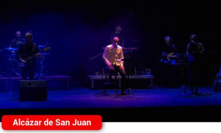 Intimidad y complicidad con el público en el concierto 'Por amor al Aute', homenaje a la voz y a la poesía del artista en Alcázar de San Juan