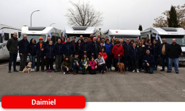 Placa conmemorativa y acción solidaria de 'Nómadas' en el área de autocaravanas de Daimiel