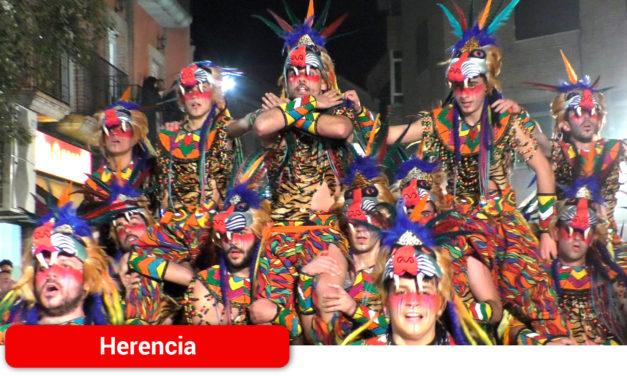Cuarenta agrupaciones de 25 localidades hacen historia desfilando por las calles de Herencia en el Gran Desfile del Día del Ofertorio