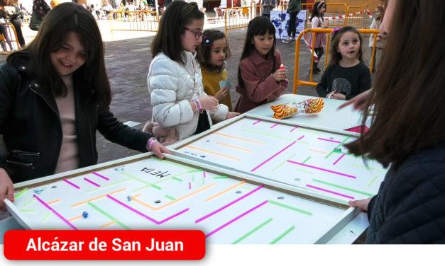 Niños y niñas alcazareños participan en los 'Juegos contra el Hambre' de Manos Unidas en la Plaza de España