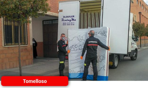 El Ayuntamiento agradece al cuerpo de Bomberos el reparto de colchones en centros de mayores de Tomelloso