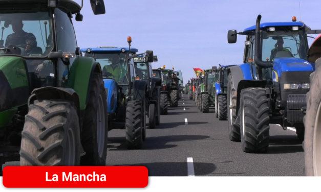 Cientos de tractores colapsan la CM-42 y la A-43 en el término municipal deTomelloso