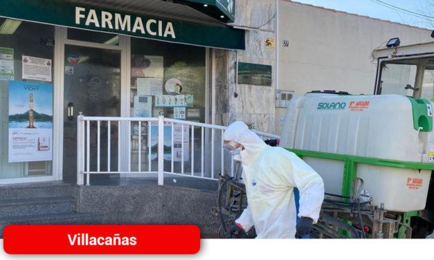 Continúan estos días las labores de limpieza y desinfección de las zonas exteriores más transitadas en Villacañas
