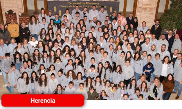 El Ayuntamiento de Herencia recepciona a la Asociaciación Cultural Axonsou tras alzarse con el Arlequín de Oro en Ciudad Real