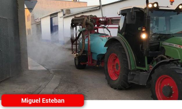 Agricultores de Miguel Esteban colaboran en la desinfección de calles de la localidad