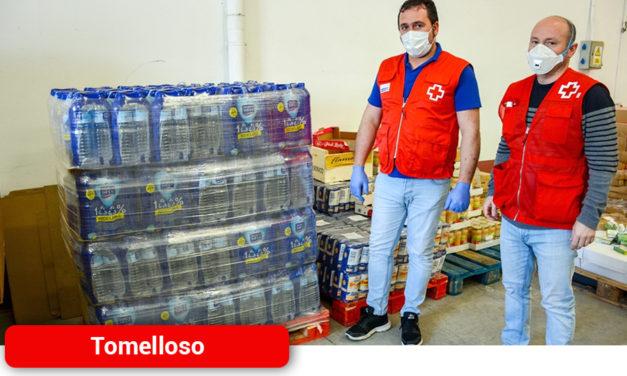 El Ayuntamiento reparte agua a usuarios de residencias y ONG´s