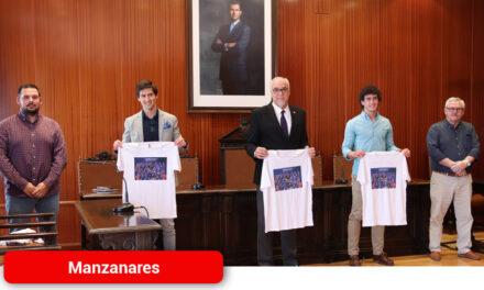 El Ayuntamiento homenajea al Manzanares CF por su ascenso a Tercera División