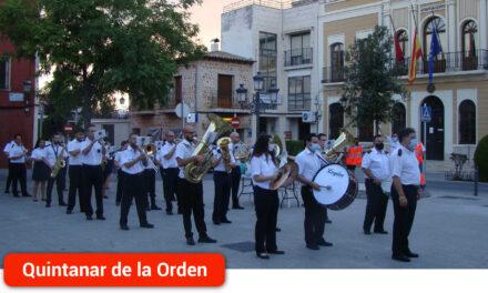 La UMQ recorre las calles de la localidad en un pasacalles solidario a beneficio de Cruz Roja