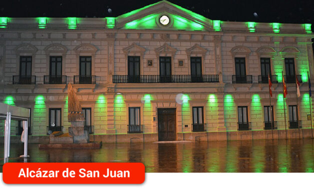 Los molinos y el Ayuntamiento se iluminan de color verde por el Día Mundial del Farmacéutico