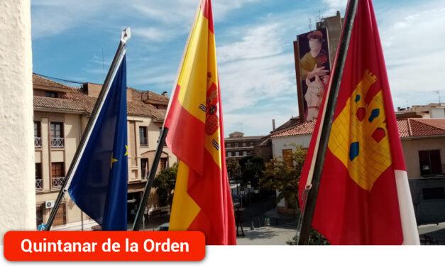 El Ayuntamiento vuelve a izar las banderas de su balcón