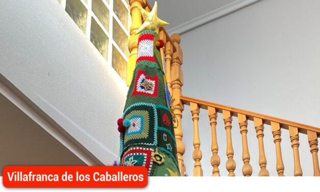 Árbol navideño de punto realizado desde el proyecto de «Mayores conectados»