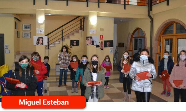 Los alumnos del CEIP Cervantes de Miguel Esteban reciben los premios del concurso de Christmas navideños