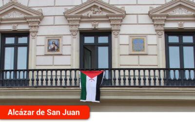 La bandera saharaui ondea en el balcón del Ayuntamiento