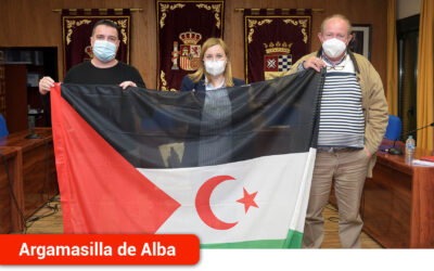 La bandera saharaui ondea en la fachada del Ayuntamiento