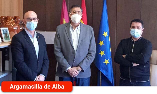 Pedro Ángel Jiménez y José Antonio Navarro exponen al delegado de Educación las previsiones y necesidades educativas de la localidad