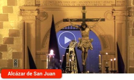 """La Hermandad de """"Los estudiantes"""" toma las calles de Alcázar de San Juan cada Martes Santos al caer la noche"""